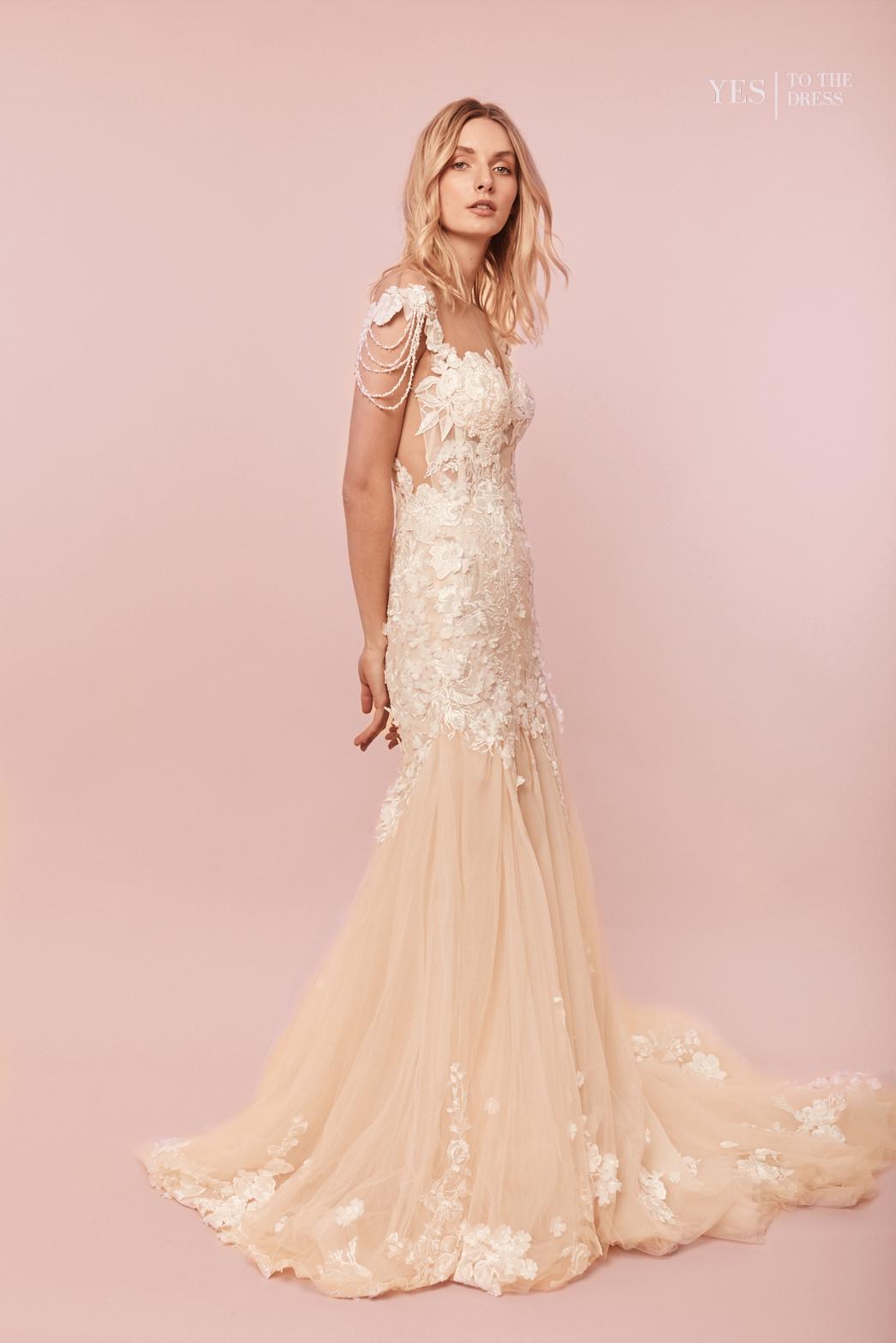 Amelia_Meerjungfrau_Kleid_Dress_Hochzeitskleid_Perlenschmuck_Side